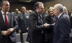 José Luis Olivera es felicitado por el entonces ministro del Interior, Jorge Fernández Díaz, al ser nombrado director del CITCO, en enero de 2015. EFE/J.C.Hidalgo