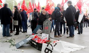 Unos 200 sindicalistas protestan contra el ERE en la junta de CaixaBank. EFE/ Kai Försterling