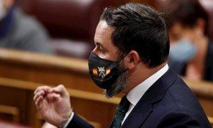 El líder de Vox, Santiago Abascal, con una mascarilla en la que se puede leer si vis pacem para bellum (Si quieres paz prepárate para la guerra) durante la sesión de control al Gobierno en el Congreso. - EFE