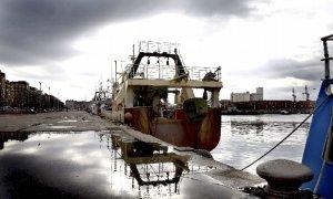 Un pesquero permanece amarrado hoy en el puerto de Santander durante una jornada en la que el 80% de la flota cántabra no ha salido a faenar ante la subida del precio de los carburantes.