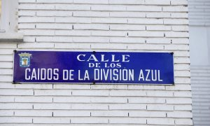 Placa identificativa de la calle Caídos de la División Azul de Madrid que cambiará su nombre en los próximos seis meses. EFE/Zipi