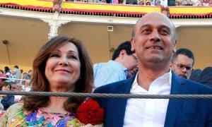 Ana Rosa Quintana y su marido, Juan Muñoz, en una imagen de 2012 en la Plaza de Las Ventas de Madrid. EFE