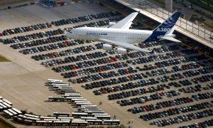 El avión de pasajeros Airbus A380 vuela sobre la planta de la empresa en Hamburgo. / REUTERS