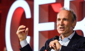 El padre de la Web, el británico Tim Berners-Lee, da un discurso durante un evento para celebrar el 30 aniversario de la World Wide Web, la red mundial que cambió la historia moderna, en el Centro Europeo de Física de Partículas (CERN) este martes en Mey
