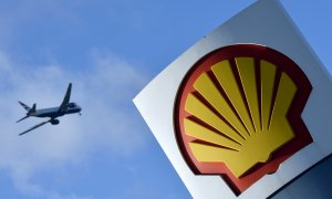 Un avión sobrevuela una estación de servicio de Shell en Londres. REUTERS/Toby Melville