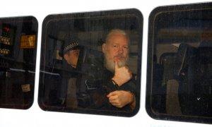 12/04/2019 - El fundador de WikiLeaks, Julian Assange, tras ser arrestado por la Policía británica en la embajada ecuatoriana en Londres. / REUTERS