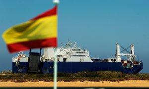 El buque de carga saudí Bahri-Yanbu, a su salida del puerto de Santander. REUTERS / Vincent West