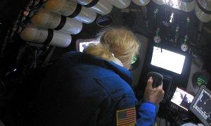 El explorador Victor Vescovo pilotando el submarino en la fosa de Mariana del Océano Pacífico   Reuters