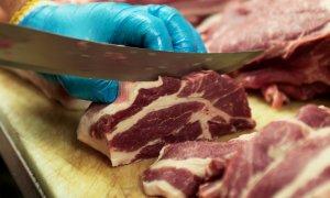 Un carnicero corta un filete en una carnicería de Toronto, Canada. REUTERS/Hyungwon Kang
