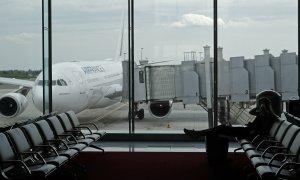 Un pasajero espera su avión en el aeropuerto francés Charles de Gauelle. (REUTERS/Philippe Wojazer)