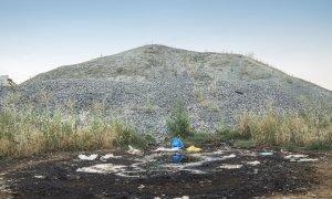 Toneladas de basura y cristales desbordan la única planta de reciclaje de vidrio de Madrid