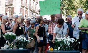 Un familiar de una víctima del atentado de Las Ramblas muestra la pancarta Queremos saber la verdad durante el homenaje del segundo aniversario del 17A, en agosto pasado. | RTVE