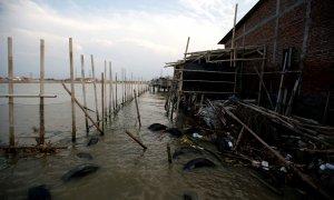 La aldea de Tambakrejo afectada por el aumento del nivel del mar en Java Central , Indonesia. REUTERS