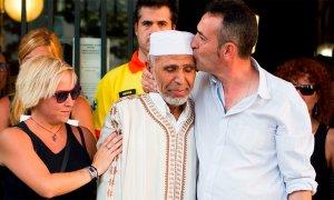 Javi Martínez, padre del niño asesinado en Las Ramblas, besa al imán de Rubí, ciudad donde vive, tras el acto en esa mezquita de repudio del atentado, celebrado una semana después del 17A.