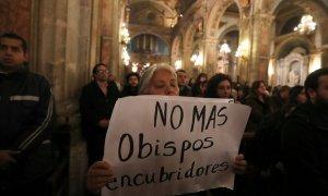 Una manifestante sostiene una pancarta contra la pederastia en la Iglesia. REUTERS