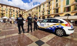 Agentes de la Policía Local de Palma, en la Plaza Mayor de la capital balear. | EUROPA PRESS