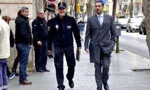El comisario de la Policía Local de Palma (izquierda), Joan Mut, cuando fue a declarar con su abogado al Juzgado de Instrucción Nº12 en 2015. A. VERA/EFE