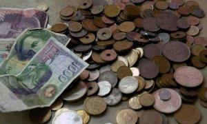 Los billetes y monedas de peseta pendientes de ser cambiados dieciocho años después de quedar fuera de circulación equivalen al presupuesto estatal de becas e incentivos al estudio para un año. | EFE