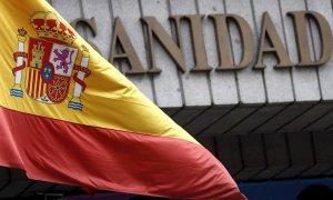 Una bandera española ondea en la fachada del Ministerio de Sanidad. EFE/Kiko Huesca