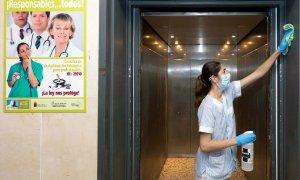 Una limpiadora desinfecta el ascensor del hospital Virgen de la Arrixaca, en Murcia.. EFE/Marcial Guillén