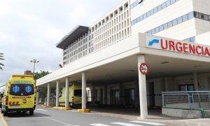 03/04/2020.- Varias ambulancias en la puerta de Urgencias del Hospital Universitario Insular de Gran Canaria. EFE/ Elvira Urquijo A./Archivo