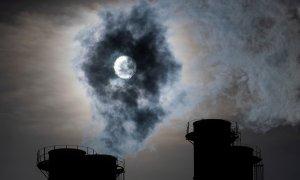 El sol brilla a través del vapor que sale de las chimeneas de una planta de energía. REUTERS / Maxim Shemetov