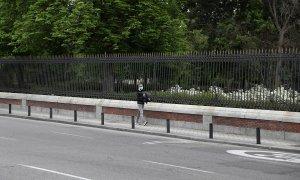 Un hombre camina por una acera estrecha en Madrid. (REUTERS/Sergio Pérez)