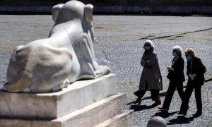Personas con máscaras protectorasn en la plaza Piazza del Popolo en Roma, Italia, durante un encierro nacional por la pandemia.- EFE / EPA / ANGELO CARCONI