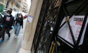 Dos personas caminan por una acera estrecha de Madrid. (Reuters/Susana Vera)