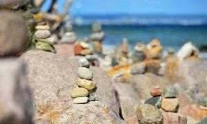 Apilar piedras constituye un grave atentado al medio ambiente y al paisaje de las áreas naturales. / GettyImages