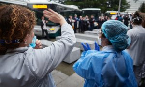 Varios sanitarios agradecen los aplausos durante el homenaje recibido por los trabajadores del transporte público en el Hospital de Navarra, el pasado 11 de abril. / EUROPA PRESS - EDUARDO SANZ