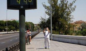 Unas personas fotografían un termómetro de calle en Córdoba que indica 44 grados. EFE/Archivo