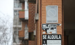 Varios carteles de 'Se Alquila' en la pared de un edificio. / Europa Press / Archivo