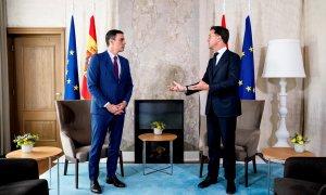 13/07/2020.- El primer ministro holandés, Mark Rutte (d), recibe este lunes en La Haya al presidente español, Pedro Sánchez (i).  / EFE - Fernando Calvo