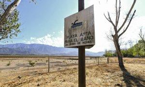 """""""Playa apta para el baño"""", reza un cartel de un lago chileno desaparecido por la sequía. AFP/Martín Bernetti"""