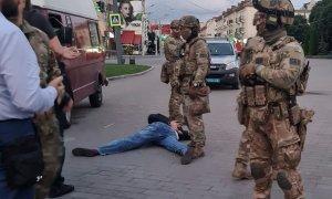 Policías ucranianos detienen al supuesto secuestrador. - EFE
