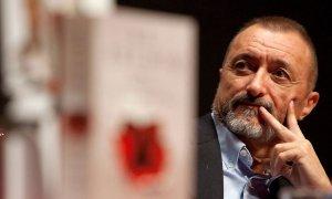 """""""Una montaña de excrementos"""": los tuiteros cargan contra Pérez-Reverte por su último hilo"""