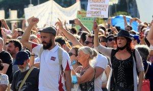 Vista de los asistentes a la manifestación que se ha celebrado esta tarde en la Plaza de Colón de Madrid convocada en redes sociales en contra del uso de las mascarillas a todas horas y en los espacios públicos / EFE/ Fernando Alvarado