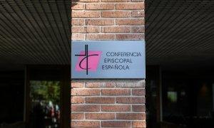 Cartel a la entrada de la sede de la Conferencia Episcopal, en Madrid. E.P./Jesús Hellín