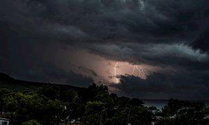 Un rayo cae sobre la localidad de Sant Elm, en Mallorca, zona declarada en alerta naranja por las fuertes lluvias provocadas por la DANA. Cati Cladera/EFE