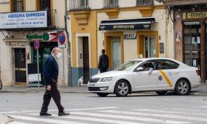 Un señor mayor cruza el paso de peatones de la Plaza del Altozano. /EP