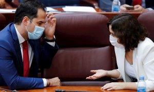 La presidenta madrileña, Isabel Díaz Ayuso, conversa con el vicepresidente madrileño, Ignacio Aguado. - EFE
