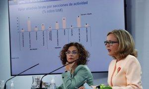 06/10/2020.- La portavoz del Gobierno y ministra de Hacienda, María Jesús Montero (i), junto a la vicepresidenta tercera del Ejecutivo y ministra de Asuntos Económicos y Transformación Digital, Nadia Calviño (d) durante la rueda de prensa posterior a la r