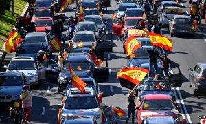 Un centenar de coches parados en el Paseo de la Castellana de Madrid, en una manifestación contra el estado de alarma convocada por Vox. EFE