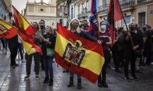 Manifestantes de ultraderecha exhibiendo banderas franquistas y símbolos fascistas en una marcha en el barrio valenciano de Benimaclet. /EUROPA PRESS