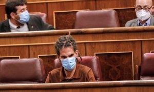 El diputado de Unidas Podemos Alberto Rodríguez (c), durante una sesión plenaria en el Congreso de los Diputados. / EUROPA PRESS