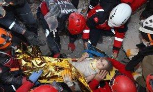Una foto de un folleto facilitada por la Presidencia de Manejo de Emergencias y Desastres (AFAD) muestra el rescate de la niña de cuatro años Ayda Gezgin mientras la sacan de los escombros.