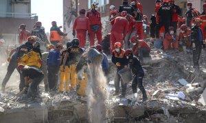 Trabajadores de rescate buscan sobrevivientes en un edificio derrumbado en el distrito de Bayrakli en Izmir, Turquía.