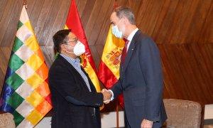 El rey Felipe VI (derecha), junto al presidente electo de Bolivia (izquierda) Luis Arce, durante su visita al país latinoamericano para asistir a su toma de posesión como nuevo mandatario, en La Paz (Bolivia).