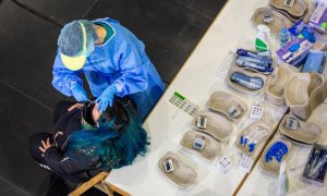 Personal sanitario realiza test de antígenos en el Palacio de Congresos Riojaforum de Logroño.